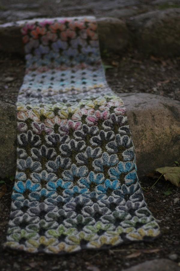 Išskirtinis, subtiliai spalvotas, augalinių motyvų raštais margintas, virbalais megztas šalikas