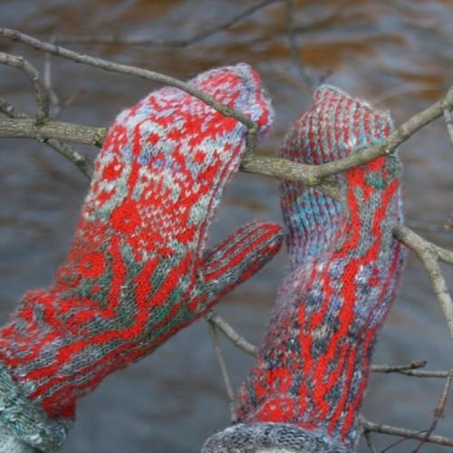 """Oranžinės, vilnonės pirštinės su išmegztais žuvų ornamentais """"Auksinės žuvelės"""""""