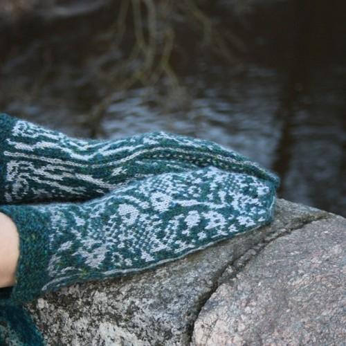 """Žalios spalvos, rankomis megztos pirštinės su žuvų raštais """"Sidabrinės žuvelės"""""""